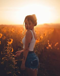 Senior Girl Photography, Portrait Photography Poses, Photography Poses Women, Autumn Photography, Creative Photography, Girl Photo Poses, Picture Poses, Foto Cowgirl, Sunflower Field Photography