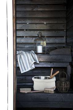 in a sauna Hygge, Modern Furniture, Home Furniture, Outdoor Sauna, Sauna Design, Finnish Sauna, Sauna Room, Tadelakt, Saunas