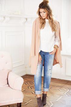 CASUAL STREETSTYLE OUTFIT. @aboutyoude Idol in hellen weichen Farben, zur Jeans trägt sie am liebsten Boots und eine hochgeschnittene weiße Bluse. Mit Messy-Bun und einem rosafarbenen Trenchcoat wird dieser Streetstyle zum Hingucker!