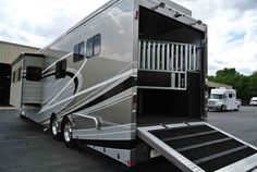 Two Horse Motorcoach is a favorite luxury horse trailer/living combos that Equine Motorcoach offers. Rv Trailers, Horse Trailers, Horse Transport, Luxury Fifth Wheel, Two Horses, Horse Tips, Horse Stalls, Motorhome, Recreational Vehicles