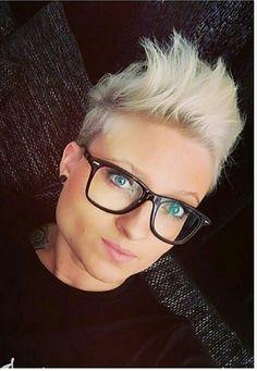 Leuk korte kapsel voor vrouwen met een bril.