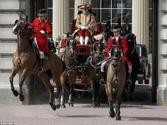 Un caballo se encabrita como un carro deja el Palacio de Buckingham antes de la Reina hace...