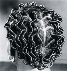 Africa |  Nigerian Hairstyles.  Back Parting, 1968 - Tirage argentique baryté [J.D Okhai Ojeikere's Photos of Hair]