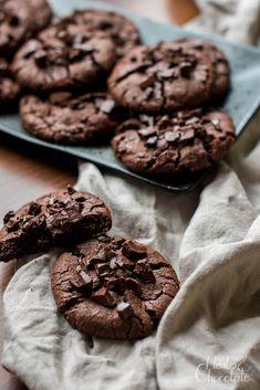 Schoko-CookiesKöstlich schokoladige und sehr einfache Cookies, die ohne besondere Zutaten auch vegan gebacken werden können. Herbs, Chocolate, Desserts, Food, Cacao Powder, Vegetarian Cooking, Baking Cookies, Super Simple, Dessert Ideas