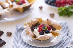 Il cestino di croccante alle nocciole è un alternativo dolce al cucchiaio: gusti crema diplomatica e il cioccolato ma anche il loro contenitore!