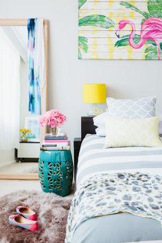 Стол, похожий на старый сундук, в гостиной, филигранный комод в столовой и розовые фламинго в спальне. Эта квартира в Сиднее — прекрасный пример того, как на небольшой площади можно создать ощущение воздуха и морских просторов.