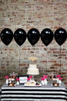 Black balloons at a party? Why not, when they're as pretty as this! The graphic black-and-white party table with pops of pink is absolutely gorgeous. Kate Spade Party, Kate Spade Bridal, Kate Spade Cake, Rosa Desserts, Pink Desserts, Diy Fest, Black Balloons, Festa Party, Bacherolette Party