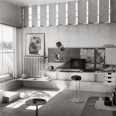 Eileen Gray, E 1027 Wohnraum mit Metallblenden.