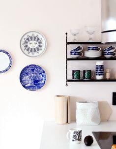 Pratos na parede/ cerâmica na estante