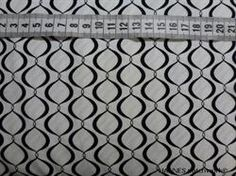 Hvid bund med sort m�nster Patchworkstof - lille m�nster - er et super flot stykke hvidt patchwork stof med flot lille m�nster med sort streg.
