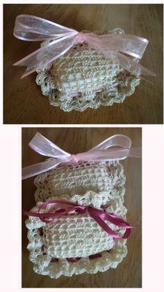 Zeepzakje haken, zeepje erin, lintje erdoor, strikje maken. Leuk voor de lavendelzeepjes Filet Crochet, Diy Crochet, Crochet Hats, Diy And Crafts, Crochet Earrings, Crochet Patterns, Mumford, Knitting, Gifts