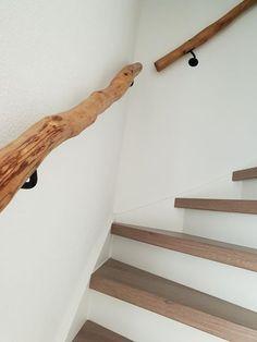 Houten trapleuning van natuurlijk hout, doordat het natuurlijk hout is, geen rechte leuning maar kronkelig. Geschuurd en bewerkt met olie. www.decoratietakken.nl