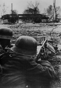 German Soldiers Ww2, German Army, Nagasaki, Hiroshima, Luftwaffe, Mg34, Germany Ww2, German Uniforms, Soviet Army