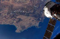 """""""La Terra vista da lassù è una visione"""" diceva Luca Parmitano. Il mondo visto dallo spazio è qualcosa di meraviglioso e straordinariamente affascinante che in pochissimi hanno la fortuna di poter guardare. Un privilegio meritato che l'austronauta Samantha Cristoforetti a bordodella Stazione Spaziale Internazionale (ISS)ha voluto e continua a condividere attraverso queste fotografie con migliaia di persone. Eccole foto della Terra realizzate dall'astronauta italiana a bordo della ISS."""