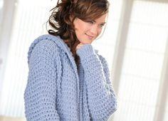 Diese schöne Kapuzenjacke ist perfekt zum Überziehen an kalten Abenden oder zum Einkuscheln auf dem Sofa. Die detaillierte Strick-Anleitung findest du hier