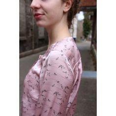 Estorninho geweven viscose in licht roze met actuele vogeltjes print van Hilco stoffen. Blouse patroon van Schnittmuster Berlin. Bij online-stoffen.eu.