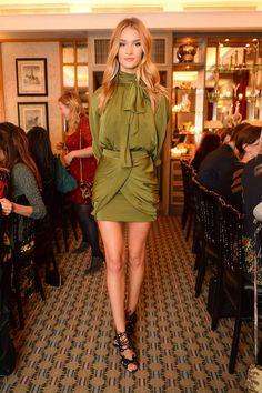 Rosie Huntington-Whiteley acudió a una cena organizada por Tabitha Simmons con motivo del lanzamiento de su colección de primavera-verano 2015 con un conjunto verde de blusa con lazada y falda drapeada de Balmain, y sandalias de cordones.