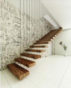 déco d'escalier en bois et mur avec papier peint en noir et blanc