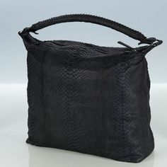 CHLOE Shopper Python black  Your new favorite bag in gray python leather is casual and spectacular at the same time.  This it-bag offers plenty of space for all important things. Fall in love and you! € 690
