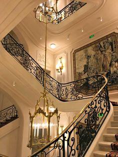 O Ritz Paris Hotel está localizado na Place Vendôme e foi fundado pelo hoteleiro suíço César Ritz, juntamente com o chef Auguste Escoffier, no ano de 1898. Rapidamente se firmou como um hotel de luxo e opulência, se popularizando entre membros da nobreza e aristocracia, personalidades e celebridades. Post completo no blog. #ritz #paris #hotel #hotels #hotéis #luxo #luxury #lifestyle #viagem #travel #travelling #trip #turismo #europa #europe