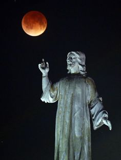 Lunar #eclipse over the monument of The Savior of the World [El Salvador de El Mundo] Taken by Vladimir Lara on April 15, 2014 @ San Salvador, El Salvador