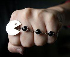 これはクリエイティブというか、なんというか。思わずニヤリとしてしまったので勢いでご紹介。  ↑ なんというおちゃめな指輪。 微妙に自作できそうなのがツボです。指輪しないけど。 » Ingenious Pac Man ring-set - Boing Boing