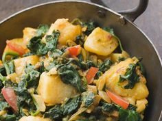 """In Lissabon landete """"Veganista"""" Nicole Just in einem Restaurant, das sie erst nicht betreten wollte. Aber dann stieß sie dort auf ein neues Lieblingsgericht. http://www.fuersie.de/kochen/rezeptideen/artikel/mein-rezept-fuer-veganes-aloo-palak-indische-spinat-kartoffeln"""