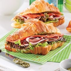 Croissant au jambon fumé, pesto et pepperoni - 5 ingredients 15 minutes Homemade Sandwich Bread, Sandwich Bread Recipes, Sushi Recipes, Sandwich Menu, Croissant Sandwich, Breakfast Platter, Sandwiches, Breakfast Specials, Cafe Food