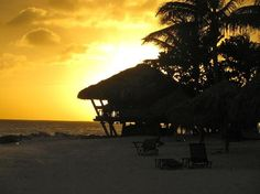 Aruba è un'isola lunga 33 km delle Antille nel sud del Mar dei Caraibi, situata a 27 km a nord della costa del Venezuela. Insieme a Bonaire e Curaçao, si forma un gruppo denominato isole ABC delle Antille Sottovento, la catena di isole a sud della Piccole Antille.
