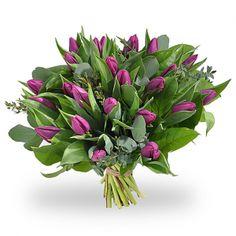 Vrolijk boeket van paarse tulpen met diverse soorten groen.