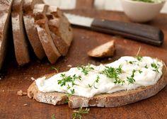 Rezept Bauernbrot mit Meerrettich Creme- delicioso pan con salsa de yogurt de kuhne