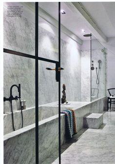Mooie badkamer indeling uit EH&I november 2013: - bad en douche naast elkaar, doorlopend als 1 element. - tegels/ marmer vallen in het stucwerk waardoor er geen hoogteverschillen ontstaan tussen tegel en wand. strak! - De trede eventueel integreren?