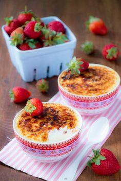 Mousse de Mascarpone Brûlée com Morangos Marinados | Vídeos e Receitas de Sobremesas