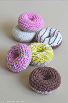 Crochet Doughnuts: Free Pattern with Video Crochet Cupcake, Crochet Food, Cute Crochet, Crochet For Kids, Crochet Crafts, Crochet Dolls, Yarn Crafts, Crochet Projects, Diy Projects