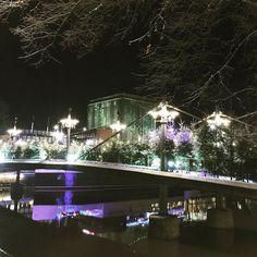 Jos on loistoa Linnan juhlissa niin on loistoa myös Turun Teatterisillalla  #theater #bridge in #Turku #suomi100 #independeceday #finland #itsenäisyyspäivä #suomi #teatterisilta #upea #valaistus #magnificent #lightning #visitturku #visitfinland #tuulaslife #nelkytplusblogit #åblogit #heijastuksia #reflections #river #aurajoki