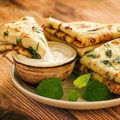 Low Carb Petersilien-Pfannkuchen mit Quark-Dip - herzhaftes Pancake-Rezept - Diät Rezepte - Low carb parsley pancakes with curd dip Keto Foods, Keto Snacks, Ketogenic Recipes, Low Carb Recipes, Vegetarian Recipes, Menu Dieta, Low Carb Diet, Atkins, Food And Drink