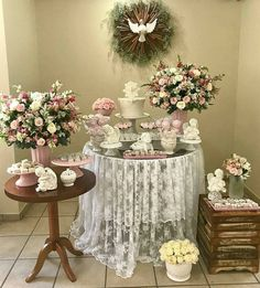 Linda inspiração de Batizado para menina. Por @rosanavlfreitas. #batizadomenina #decoracaobatizado #batizado #amaislindafesta… Baptism Party Decorations, Party Themes, Table Decorations, Vintage Baptism, Baby Dedication, Baby Baptism, Minnie Birthday, First Holy Communion, Baby Decor