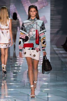 Versace at Milan Fashion Week Spring 2015 Pop Art Fashion, Look Fashion, High Fashion, Fashion Show, Fashion Outfits, Fashion Weeks, Fashion Spring, Winter Fashion, Fashion Milan