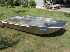 Barque équipée d'une plateforme