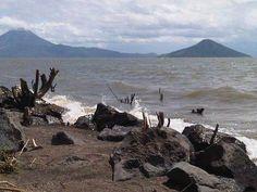 Nicaragua,Tierra de lagos y volcanes.  Lago Xolotlan con Los Vocanes Momotombo y momotombito De fondo.