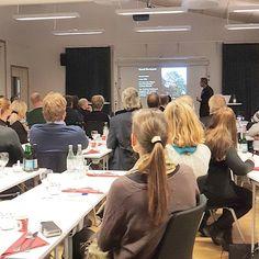 Litet rött hus på månen. Inspiration med Tillväxt Lidköping.