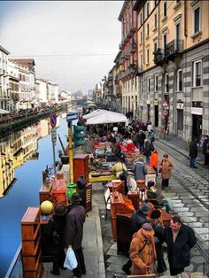 Mercatino dell'Antiquariato sui Navigli - This market takes place in Milan the third Sunday of every month