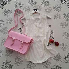 Batinha branca feminina + óculos espelhado rosa + bolsa satchel carteiro feminina Mônica Croisfelt 11'' #moda #fashion #delicada #romântica #vintage #retro
