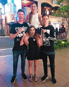 Brooklyn and Bailey with Collins Key and Devan Key Brooklyn And Bailey Instagram, Bailey Mcknight, Devan Key, Jess And Gabe, Collins Key, Famous Youtubers, Cute Girls Hairstyles, Youtube Stars, Celebs