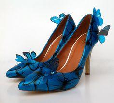 Usted se sentirá como una princesa de hadas en estos impresionantes zapatos novia pintados a mano. Los talones del brillo con glitter Plata holográfico de alta calidad y los talones tienen el brillo de un azul metálico mixto personalizado. El cuerpo del zapato está pintado con un patrón aleatorio de trazos de mariposa negra y cada zapato se acaba con tres mariposas 3D negro y azul. El resultado es un par de zapatos para una boda de cuento de hadas. Perfecto para combinar con un vestido donde…