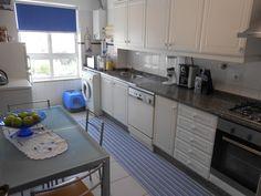 Cozinha equipada com placa, forno esquentador e exaustor.