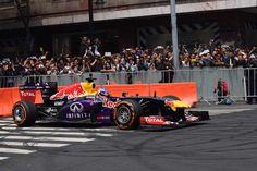 Daniel Ricciardo (AUS) y Carlos Sainz Jr. (ESP) Escudería Red Bull, Auto RB7. En la esquina de Av. 20 de Noviembre y la calle de Uruguay durante el F1 Show Run Red Bull 2015, Centro Histórico de la Ciudad de México.