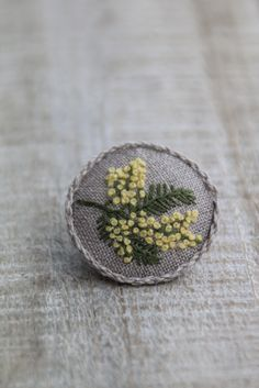 Брошь, вышитая брошь, брошь с вышивкой, брошка, вышитая брошка, брошка с вышивкой, вышивка, украшения ручной работы, ручная работа, вышитые цветы, цветок, мимоза, вышитая мимоза, брошь с мимозой