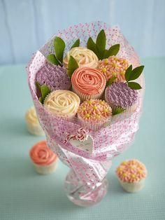 Flowers Arrangements Mothers Day Cupcake Bouquets Ideas For 2019 Cupcake Flower Bouquets, Flower Cupcakes, Cupcake Arrangements, Flower Arrangements, Cupcake Gift, Cupcake Cakes, Chocolate Coated Strawberries, Mothers Day Cupcakes, Cupcakes Decorados