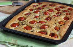 La focaccia soffice con pomodorini ha un impasto molto semplice alle patate che la rende sofficissima e molto saporita...